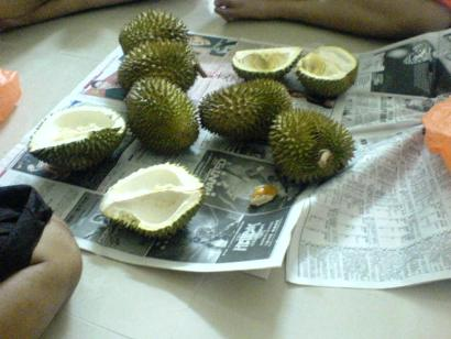 </strong> The hapless 7 durians we bought back...